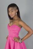 Vestido atrativo do rosa do desgaste de mulher negra fotografia de stock royalty free
