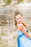 Vestido azul da polca da posição do urbex da menina da forma Fotografia de Stock Royalty Free