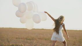 Vestido blanco de la muchacha con los globos almacen de metraje de vídeo