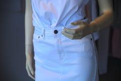 Vestido blanco de la mujer del escaparate de la moda simulada del maniquí foto de archivo
