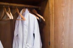 Vestido blanco del hotel en una suspensión en el guardarropa Fotos de archivo