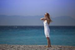 Vestido blanco, mujer del pelirrojo que camina en vacaciones tropicales de la playa cuerpo atractivo adulto joven femenino que se Imagen de archivo