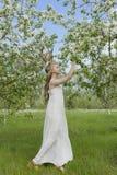 Vestido blanco que lleva de la muchacha rubia hermosa adolescente con los cuernos o de los ciervos Fotografía de archivo libre de regalías