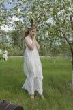 Vestido blanco que lleva de la muchacha rubia hermosa adolescente con los cuernos o de los ciervos Imagen de archivo libre de regalías