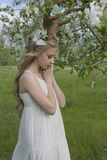 Vestido blanco que lleva de la muchacha rubia hermosa adolescente con los cuernos o de los ciervos Imagen de archivo