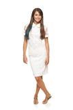Vestido blanco que lleva integral de la mujer elegante Imagenes de archivo
