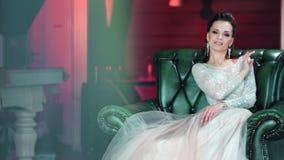 Vestido blanco que lleva sonriente de la muchacha de la belleza que presenta disfrutando de la moda de igualación hermosa almacen de metraje de vídeo