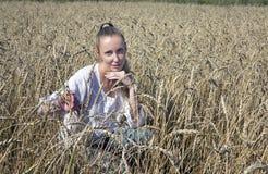 Vestido bonito da mulher no campo das orelhas maduras dos cereais Fotos de Stock