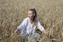 Vestido bonito da mulher no campo das orelhas maduras dos cereais Imagem de Stock Royalty Free