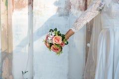 Vestido branco da noiva do desgaste da noiva que guarda a flor bonita fresca Foto de Stock Royalty Free