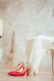 Vestido branco e sapatas vermelhas Fotografia de Stock