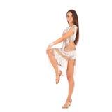 Vestido branco vestindo da mulher moreno bonita no fundo claro fotografia de stock