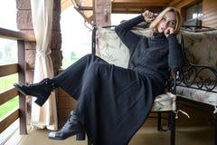 Vestido caucásico bastante joven de la moda de la muchacha al aire libre Fotografía de archivo libre de regalías