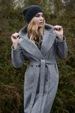 Vestido caucásico bastante joven de la moda de la muchacha al aire libre Fotos de archivo