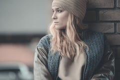 Vestido caucásico bastante joven de la moda de la muchacha al aire libre Foto de archivo