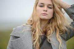 Vestido caucásico bastante joven de la moda de la muchacha al aire libre Imagen de archivo