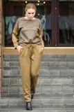 Vestido caucásico bastante joven de la moda de la muchacha al aire libre Imágenes de archivo libres de regalías