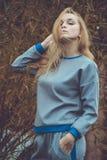 Vestido caucásico bastante joven de la moda de la muchacha al aire libre Foto de archivo libre de regalías