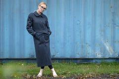 Vestido caucásico bastante joven de la moda de la muchacha al aire libre Fotografía de archivo