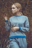 Vestido caucásico bastante joven de la moda de la muchacha al aire libre Imagenes de archivo