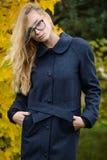 Vestido caucásico bastante joven de la moda de la muchacha al aire libre Fotos de archivo libres de regalías