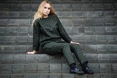 Vestido caucásico bastante joven de la moda de la muchacha al aire libre Imagen de archivo libre de regalías