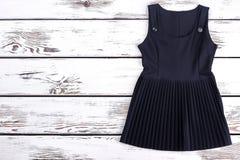 a935472302 Vestido clásico plisado negro para la colegiala fotografía de archivo