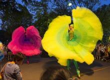 Vestido colorido do executor na mostra 2014 da rua de Banguecoque Fotos de Stock