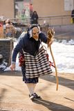Vestido como bruja para proscribir los espíritus malignos ausentes fotografía de archivo libre de regalías