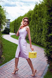 Vestido corto elegante de la mujer del desgaste rubio atractivo hermoso del maquillaje Foto de archivo