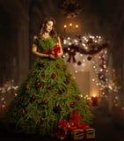 Vestido da árvore de Natal da mulher, modelo de forma no traje do vestido do Xmas Foto de Stock