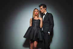 Vestido da fixação da mulher quando o homem de negócios olhar afastado Fotografia de Stock Royalty Free