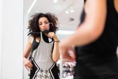 Vestido da forma da compra da mulher de Latina na loja Foto de Stock
