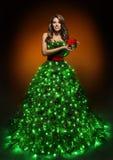Vestido da mulher da árvore de Natal, menina da forma em iluminar o vestido do Xmas fotos de stock royalty free
