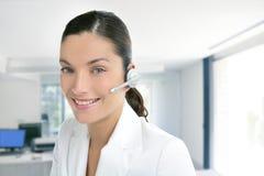 Vestido da mulher de negócio do telefone dos auriculares no branco Fotografia de Stock