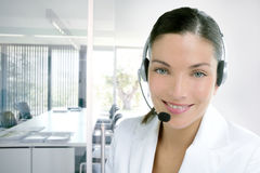 Vestido da mulher de negócio do telefone dos auriculares no branco Imagem de Stock
