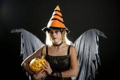 Vestido da mulher para Halloween e abóbora imagens de stock