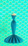 Vestido da sereia de turquesa para eventos especiais na ilustra??o escamoso do fundo 3D ilustração do vetor