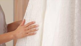 Vestido de boda blanco en hombros, antes de la ceremonia Cierre de la alineada de boda para arriba Ramo colorido de la boda hermo Imágenes de archivo libres de regalías