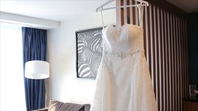 Vestido de boda blanco en hombros, antes de la ceremonia Cierre de la alineada de boda para arriba Ramo colorido de la boda hermo Fotografía de archivo
