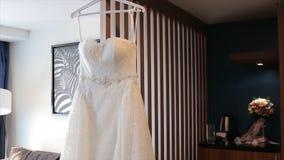 Vestido de boda blanco en hombros, antes de la ceremonia Cierre de la alineada de boda para arriba Ramo colorido de la boda hermo Imagen de archivo libre de regalías