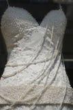 Vestido de boda blanco puro con las perlas fotos de archivo libres de regalías