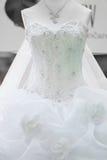 Vestido de boda con con las rosas Foto de archivo libre de regalías