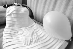 Vestido de boda con los accesorios en el sofá Fotos de archivo libres de regalías