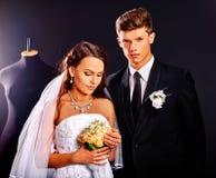 Vestido de boda del intento de los pares en tienda Fotos de archivo