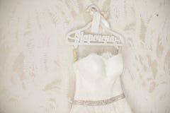Vestido de boda elegante magnífico en la suspensión en la pared Fotografía de archivo