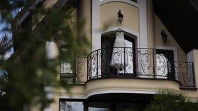 Vestido de boda en balcón almacen de video