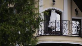 Vestido de boda en balcón metrajes