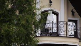 Vestido de boda en balcón