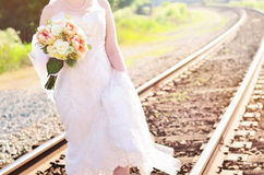Vestido de boda en vías del tren Imagen de archivo